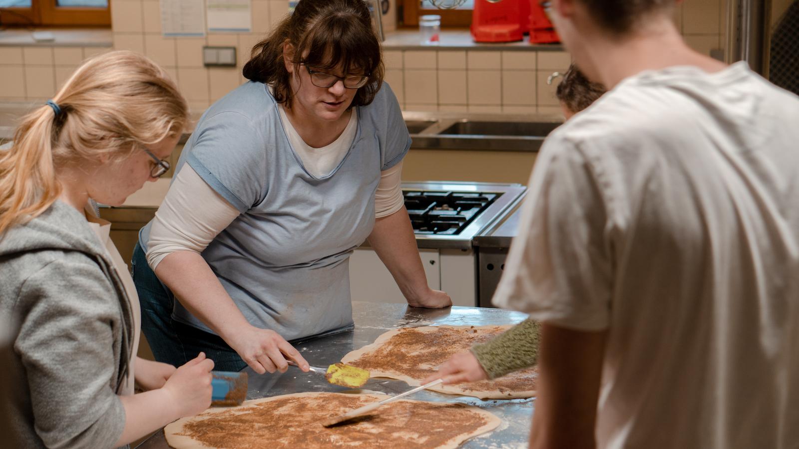 Gemeinsames Pizzabacken der Freiwilligen mit anderen aus dem Team von OM Deutschland