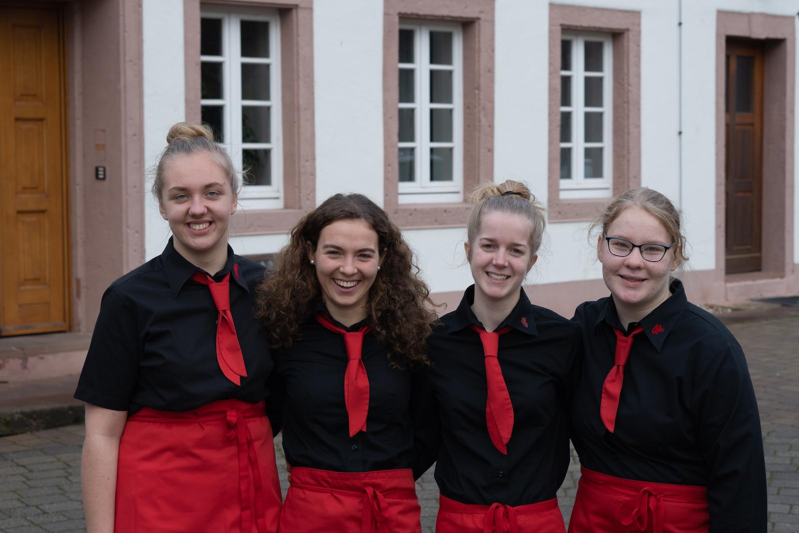 Freiwillige in Arbeitskleidung für eine Fest vor der OM-Deetken-Mühle