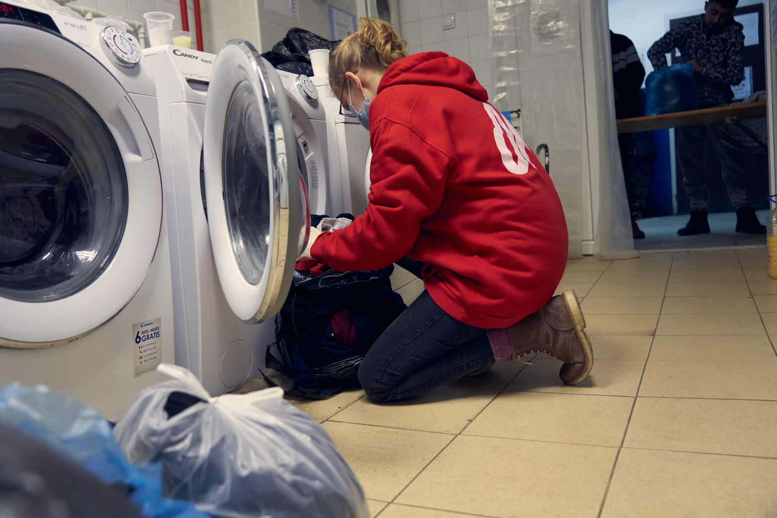 OM-Mitarbeiterin im Wäschezelt des Flüchtlingslagers in Serbien