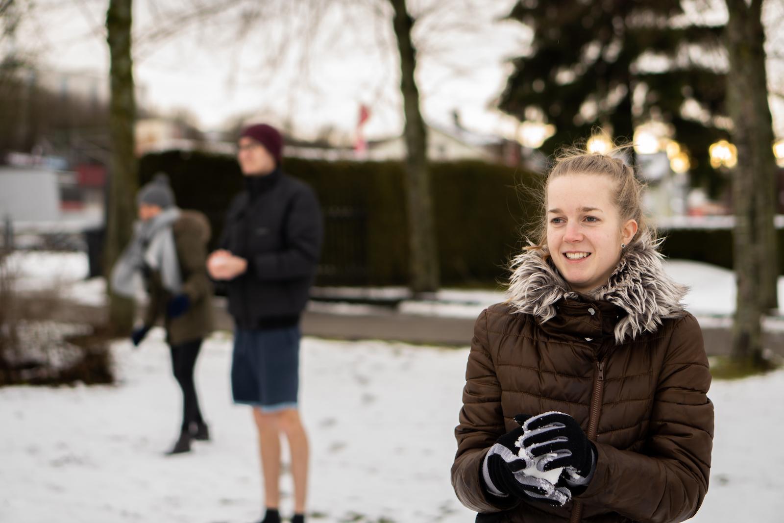 Freiwillige bei einer Schneeballschlacht