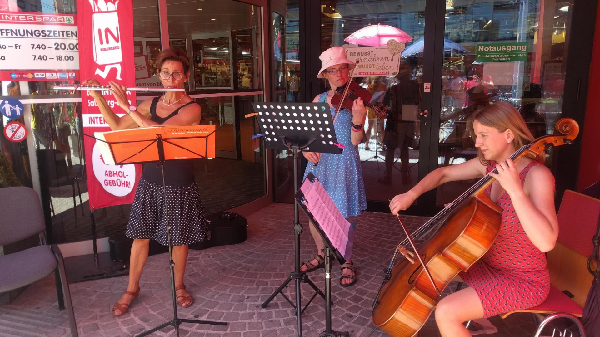 Musiker (Cello, Querflöte und Geige) spielen