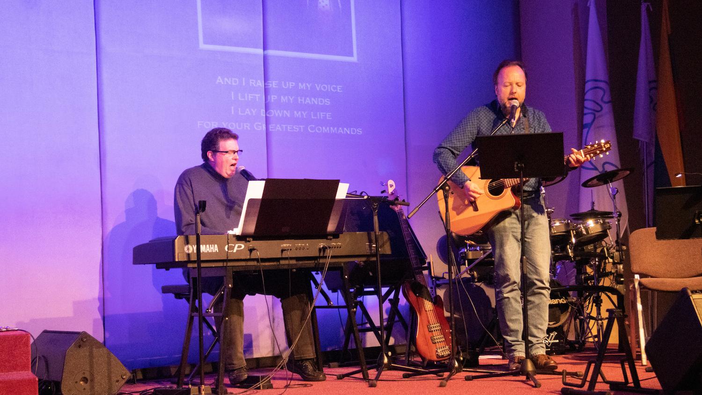 Bill Draker (Piano) und Werner Geischberger (Gitarre) beim Lobpreis