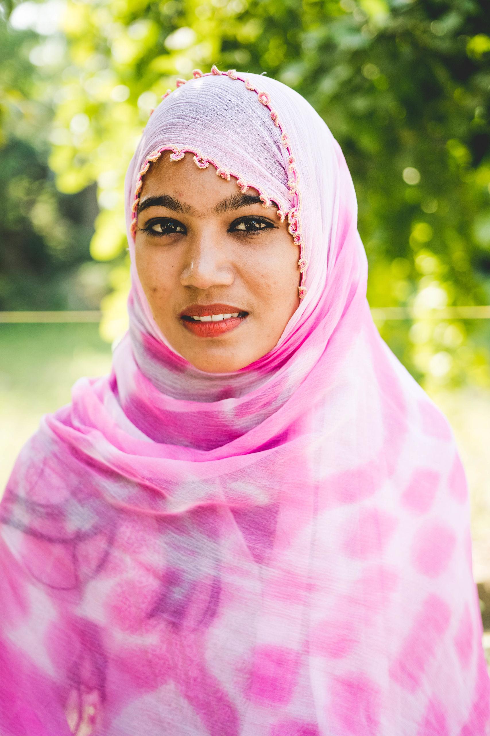 Pakistanische Frau mit rosa Kopftuch