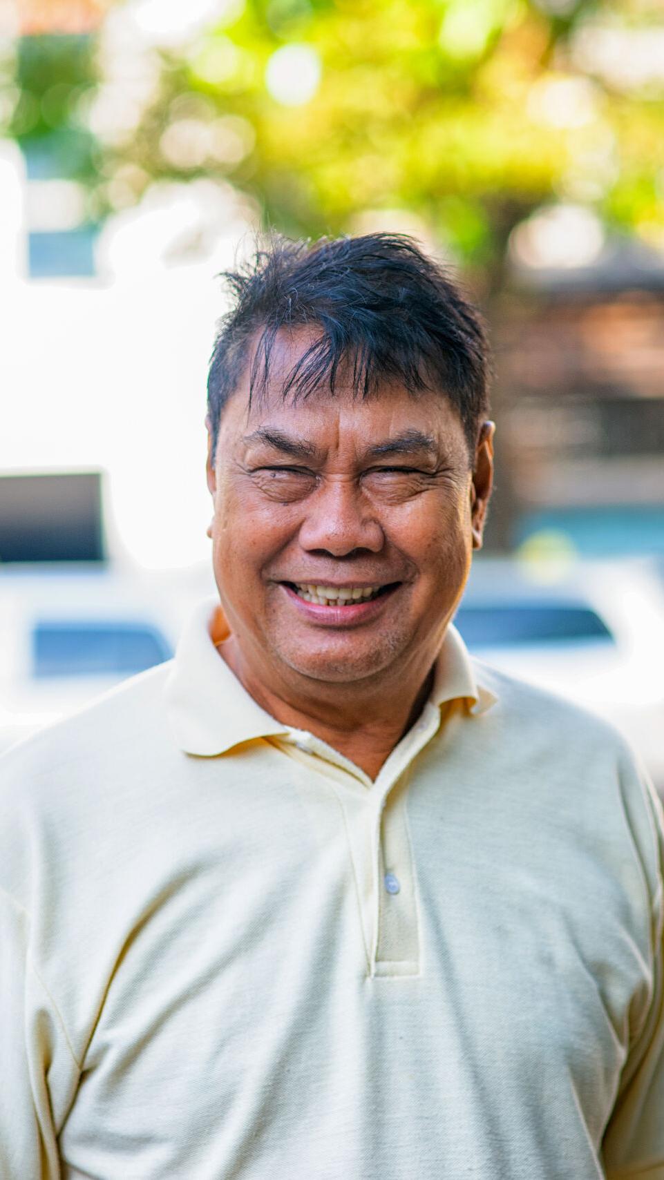 Mann aus der Mekong-Region lächelt in die Kamera