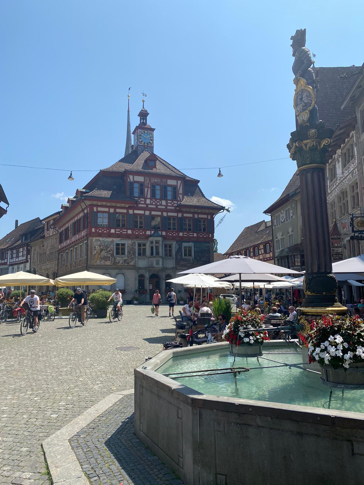 Teilnehmer von Ride&Shine auf dem Marktplatz von Stein am Rhein