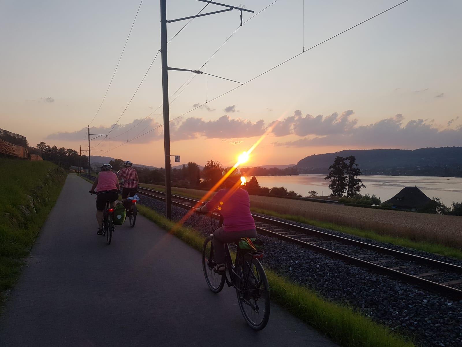 Teilnehmer on Ride&Shine fahren am Bodensee im Sonnenuntergang