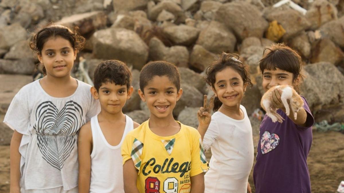 Kinder an einem Strand auf der Arabischen Halbinsel. Foto von Andrew W.