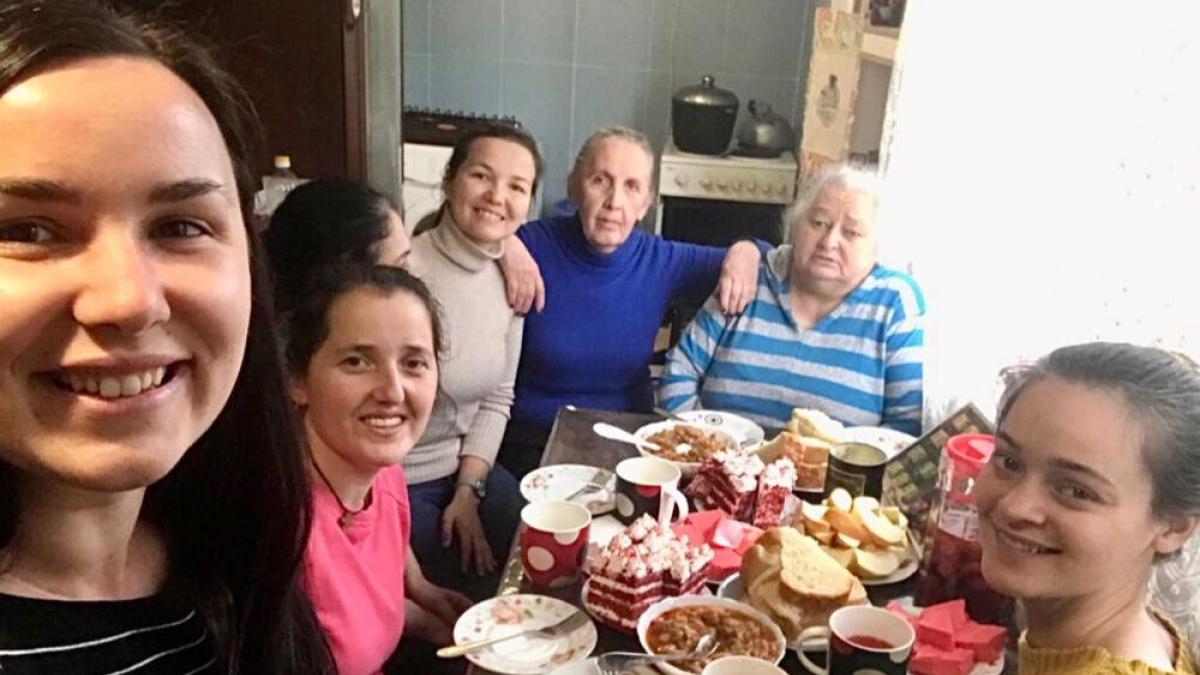 OM-Mitarbeiterinnen besuchen ältere Frauen in der Kaukasus-Region