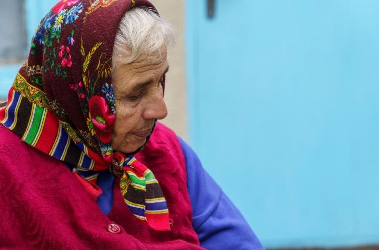 Ältere Frau in Moldawien mit Kopftuch