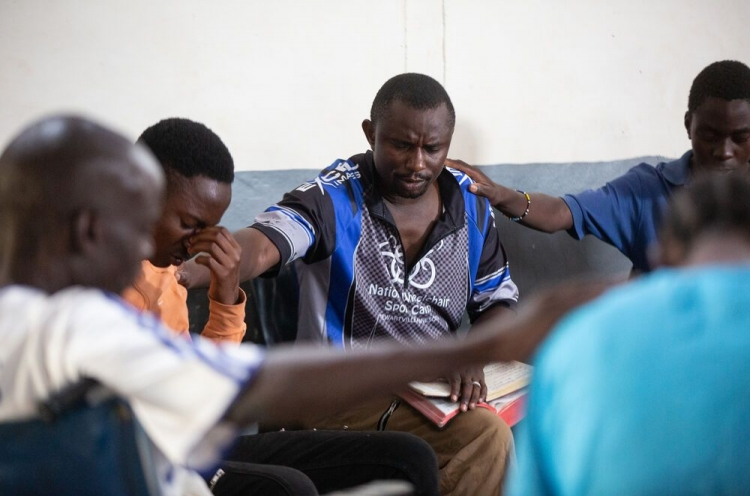 Christen in Afrika beten gemeinsam
