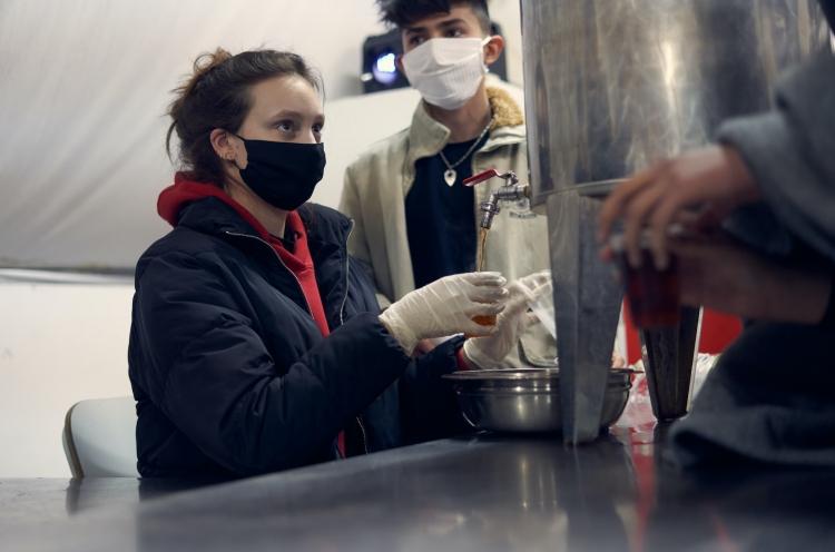 OM-Mitarbeiterin gibt im Flüchtlingslager in Serbien Tee aus