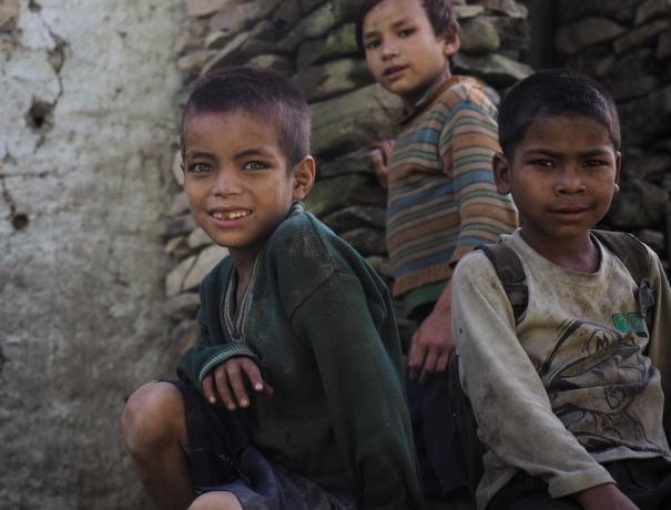Drei Jungs in Südasien