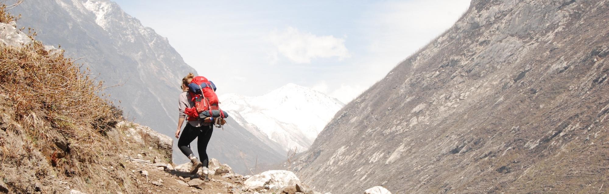 Eine Person beim Trecking in den Bergen Südasiens