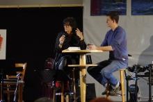 Daniel Johansson, Leiter des Kunstforums, interviewt die Künstlerin Renate Menneke © Tobias Kübler, OM