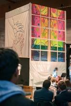 Die großen Kunstwerke, rechts von Renate Menneke und links von Bernd Vonau, entstanden im Laufe des Kunstforums © Dustin Waters, OM