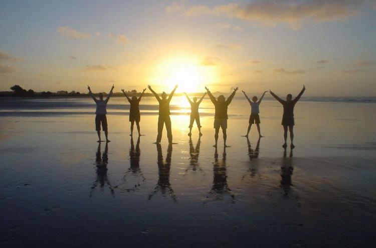 Nuoret ylistävät ilta-auringossa.
