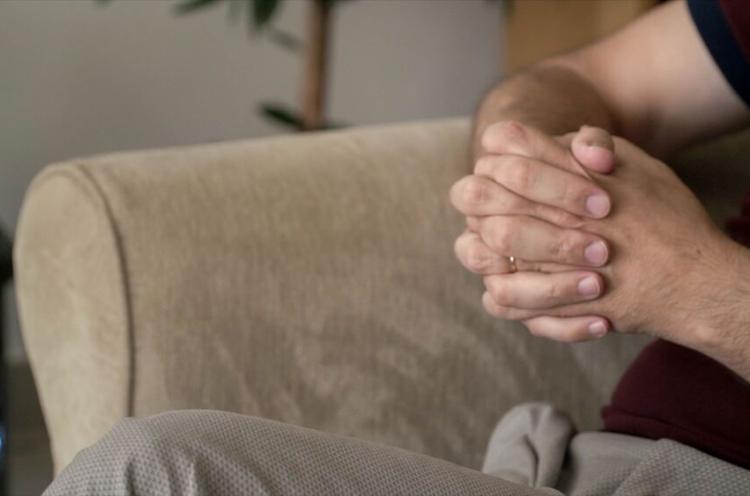 Rukoukseen ristityt kädet