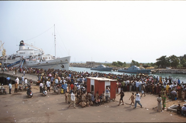 Crowd in Lome - Togo - 18 Jan 2003 - Endri Sulaksono