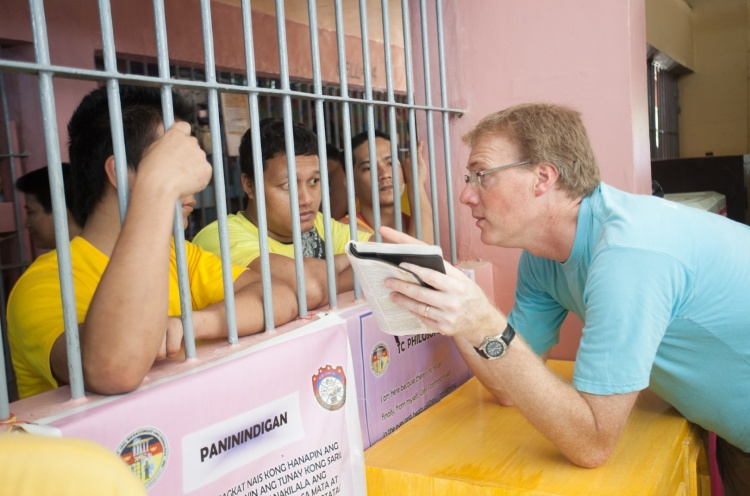 Peter Rau (USA) shares his faith with San Fernando city jail prisoners. - San Fernando, Philippines - 27 May 2013 - Doseong Park