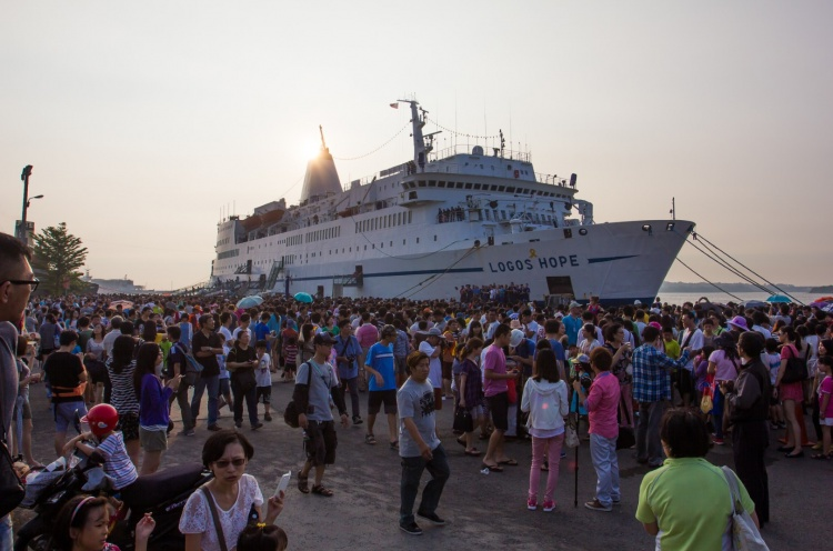 Visitors waiting to come onboard Logos Hope on GBA Ships busiest day, welcoming 28,931 in one day. - Anping, Taiwan - 27 Sep 2014 - Beth Hutchison